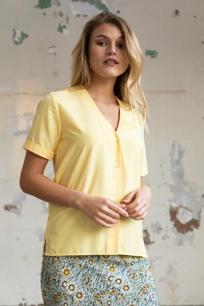 Woman wearing a yellow blouse with short sleeves